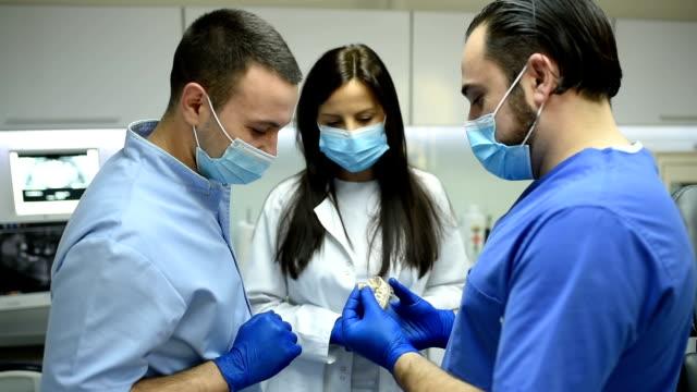 dentist teamwork - ассистент стоковые видео и кадры b-roll