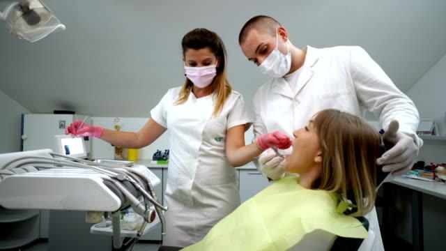 歯科 x 線画像を患者に説明します。 - 歯科医師点の映像素材/bロール