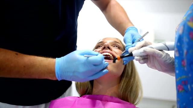 歯科医師のチームワーク - 矯正歯科医点の映像素材/bロール