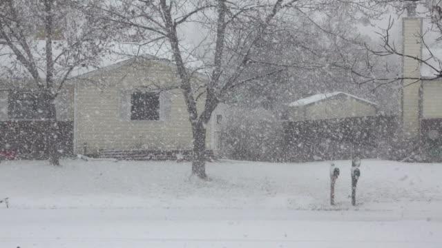 vidéos et rushes de denver neigeux tempête d'hiver blizzard colorado maisons de quartier - blizzard