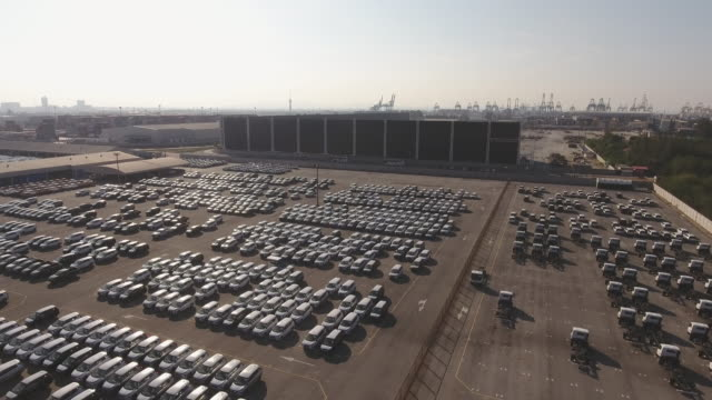 分散する準備ができている新車のデポストックビデオ、空中写真 - 豊富点の映像素材/bロール