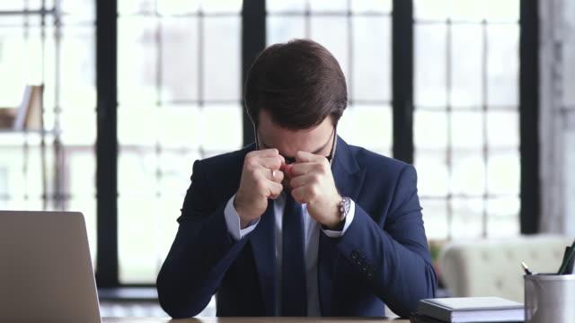 depresif işadamı ofiste oturan iş başarısızlığı ile sinirli duygu - burnout stok videoları ve detay görüntü çekimi