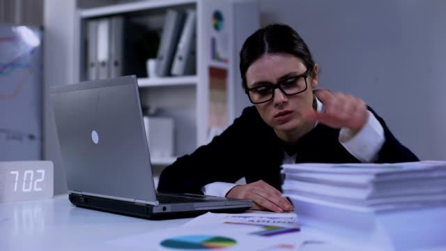 угнетенный финансовый эксперт, глядя через кучу документов, чувствуя себя несчастным - expert стоковые видео и кадры b-roll