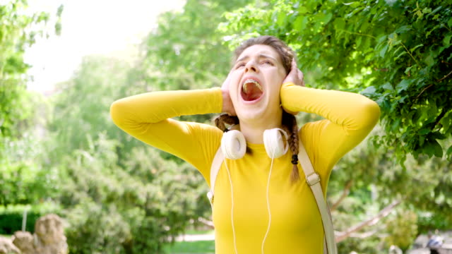 depressed teen  closing ears and screaming - orecchio video stock e b–roll