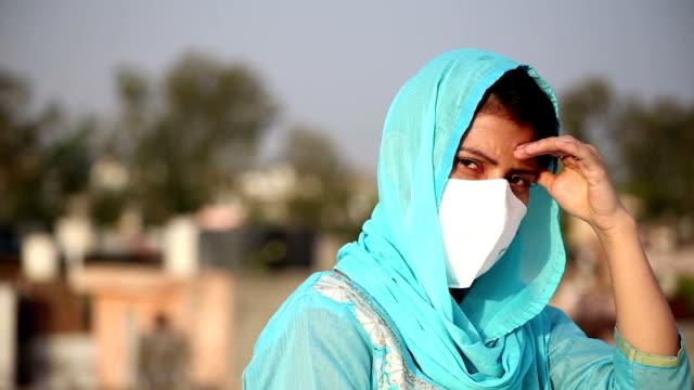 Mulheres indianas tradicionais deprimidas contra lockdown e COVID-19, Nova Deli, Índia - vídeo