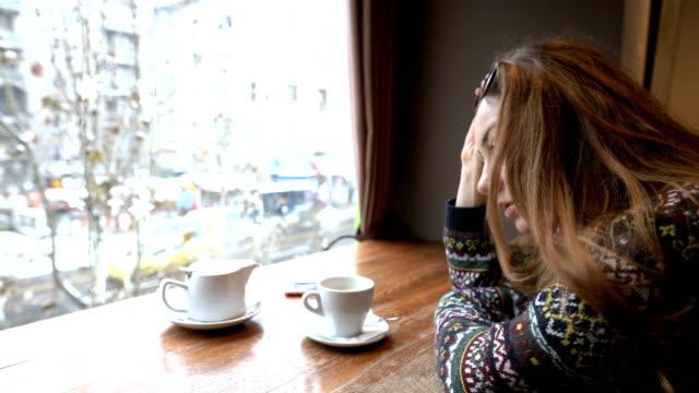 stockvideo's en b-roll-footage met depressieve vrouw zitten alleen in het café - mid volwassen vrouw