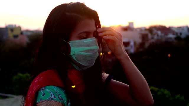 Mulheres deprimidas contra Lockdown e COVID-19, Nova Deli, Índia - vídeo