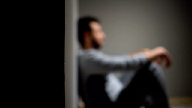 vídeos y material grabado en eventos de stock de depresión - hombres