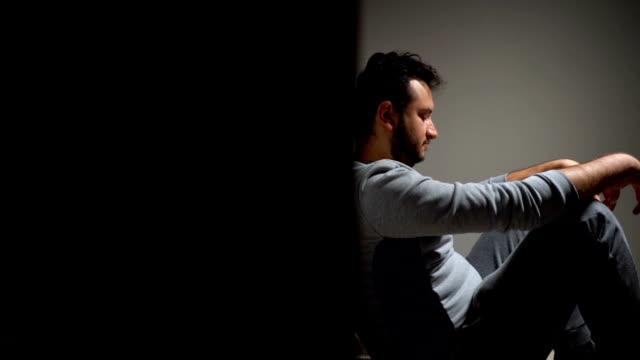 depression - solo un uomo giovane video stock e b–roll