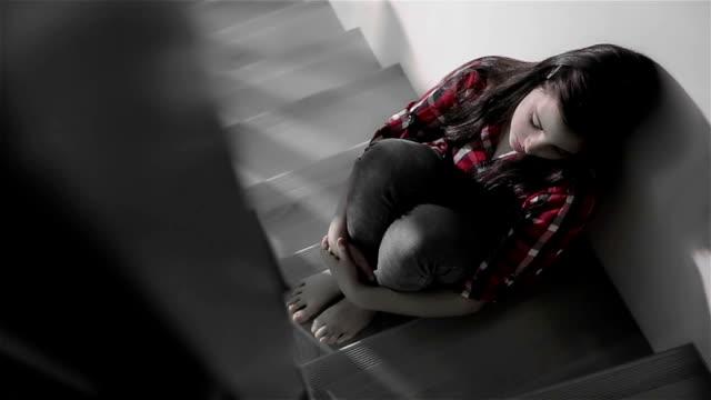 stockvideo's en b-roll-footage met depressieve tiener - tienermeisjes