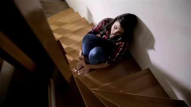 depressiva tonåring - endast en tonårsflicka bildbanksvideor och videomaterial från bakom kulisserna