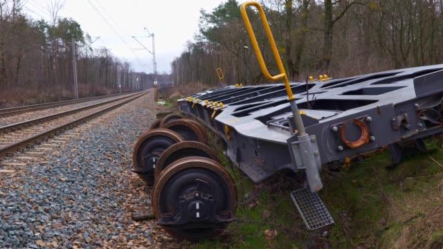 spårade ur tågvagnars plattformar på järnvägsspårsidan - derail bildbanksvideor och videomaterial från bakom kulisserna