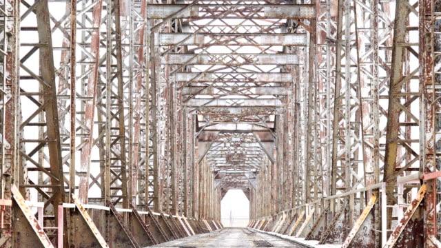 遺棄された鉄道橋の道路。古い建設ない人が誰も - 錆びている点の映像素材/bロール