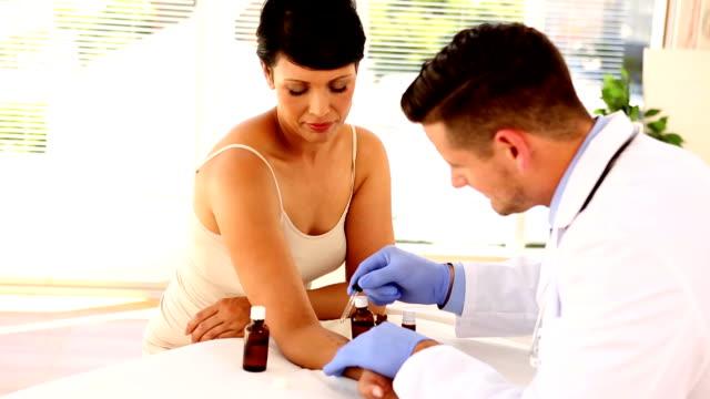 Dermatólogo aplicación de amargura a womans brazo - vídeo