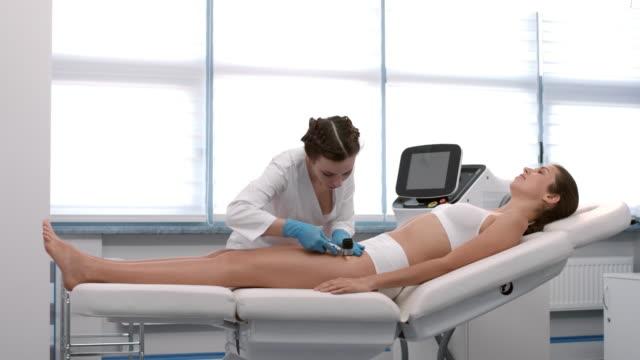 vídeos y material grabado en eventos de stock de dermatólogos exámenes de la piel del paciente con dermatoscopio - lunares