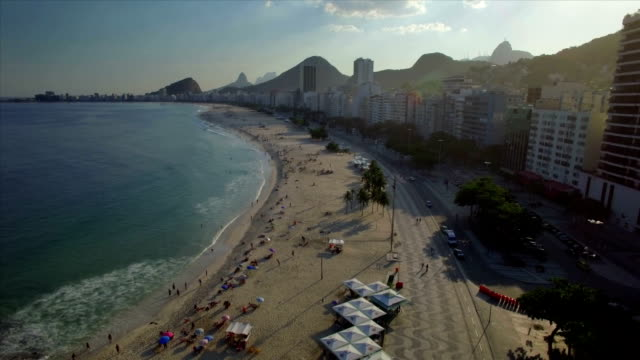 コパカバーナビーチ、リオデジャネイロ、ブラジルの空撮を降順 - コパカバーナ海岸点の映像素材/bロール