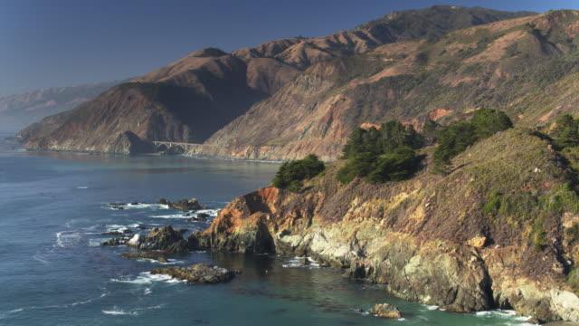vídeos de stock e filmes b-roll de descending drone shot of big sur, california - montanha costeira