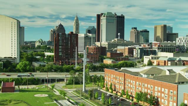 columbus, ohio'nun azalan drone çekimi - columbus day stok videoları ve detay görüntü çekimi