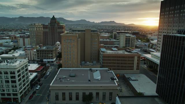 Tir descendant de drone du centre-ville d'El Paso au coucher du soleil - Vidéo