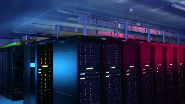 完全に運用サーバー ラックの複数の行を持つデータ センターのショットを降順します。現代の通信、クラウド ・ コンピューティング、人工知能、データベース、スーパー コンピュータ技� - スーパーコンピューター点の映像素材/bロール