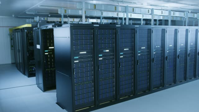 stockvideo's en b-roll-footage met aflopende schot van data center met meerdere rijen met volledig operationeel server racks. moderne telecommunicatie, cloud computing, kunstmatige intelligentie, database, supercomputer technologie concept. - datacenter