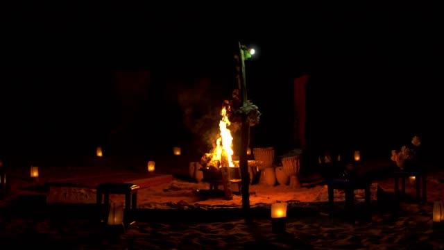 vídeos de stock e filmes b-roll de desert camp at night - bateria instrumento de percussão