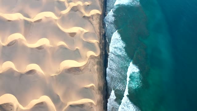 vídeos de stock, filmes e b-roll de litoral do deserto de gran canaria. vista aérea - contrastes