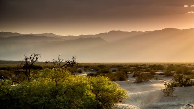 vídeos de stock e filmes b-roll de calor do deserto - parque nacional do vale da morte