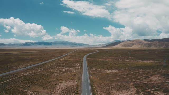 vídeos de stock e filmes b-roll de desert highway, qinghai province, china - linha do horizonte sobre terra