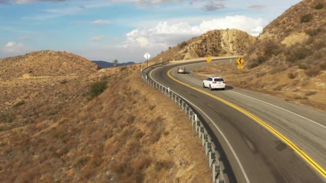 vídeos de stock, filmes e b-roll de estrada da estrada da montanha do deserto - veículo terrestre