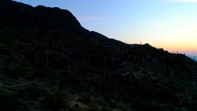 wüste bergpass drohne footage - sonnenaufgang - südwesten stock-videos und b-roll-filmmaterial