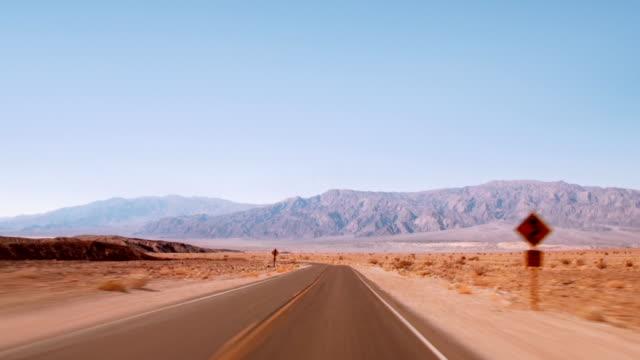 vídeos de stock e filmes b-roll de estrada no deserto.  time lapse - parque nacional do vale da morte