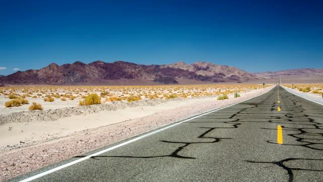 vídeos de stock e filmes b-roll de estrada no deserto - parque nacional do vale da morte