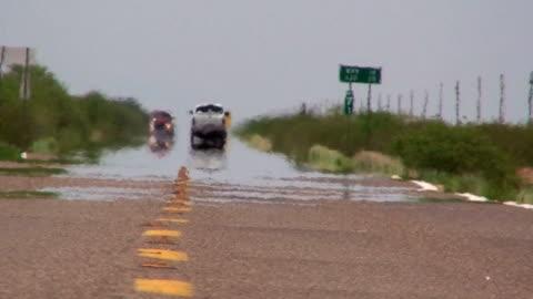 vídeos de stock e filmes b-roll de estrada no deserto - calor