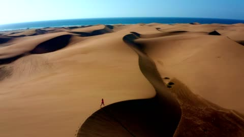 corsa nel deserto. vista aerea - collina video stock e b–roll