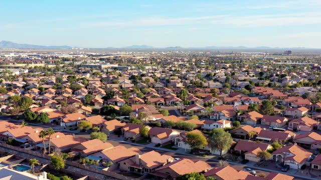 vídeos de stock e filmes b-roll de desert southwest real estate from above phoenix area - suburbano