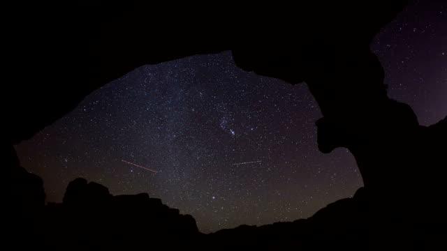 stockvideo's en b-roll-footage met desert stars timelapse from under a sandstone arch - boog architectonisch element