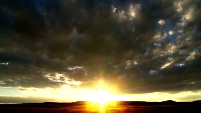vídeos de stock e filmes b-roll de time-lapse do pôr do sol do deserto - climate clock