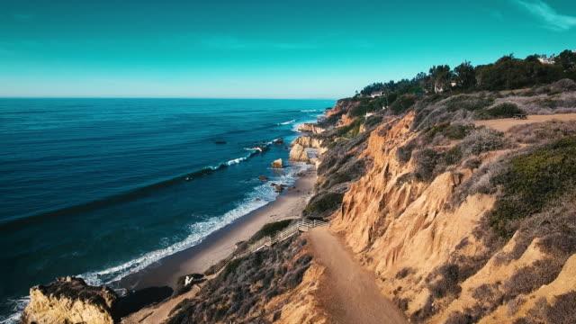 övergivna vilda el matador beach malibu kalifornien antenn ocean view - vågor med stenar - kustlinje bildbanksvideor och videomaterial från bakom kulisserna