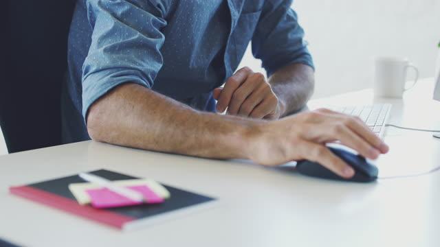 design im fokus - computermaus stock-videos und b-roll-filmmaterial