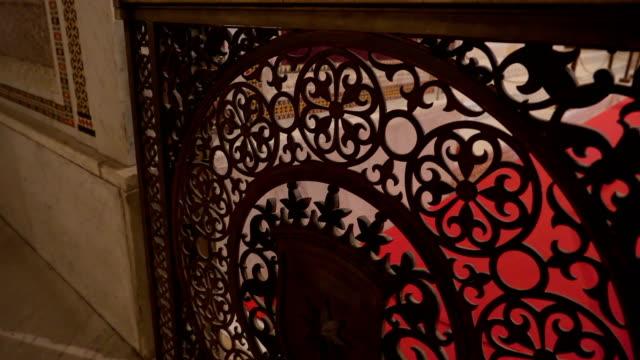 シチリア島パレルモの大聖堂の内部手すりのデザイン - モンレアーレ点の映像素材/bロール