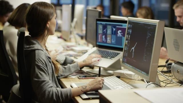 progettare professionisti utilizzando penna e tablet digitalizzati - designer professionista video stock e b–roll