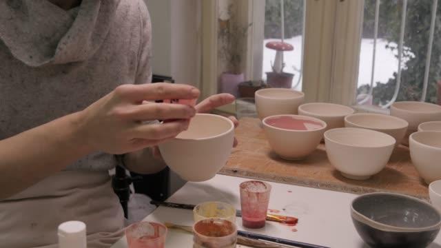 vídeos y material grabado en eventos de stock de estudio de diseño. mujer joven haciendo arte y producto artesanal. - porcelana china