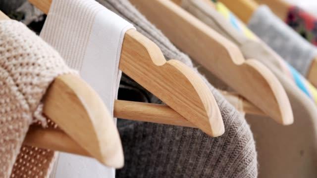 vídeos de stock, filmes e b-roll de coleção de roupas de grife. designer com uma coleção pronta. - boutique
