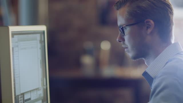 designer arbeitet am abend im studio - reisebüro stock-videos und b-roll-filmmaterial
