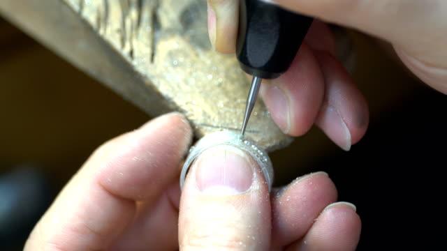 designer märken och design smycken i verkstad - mala bildbanksvideor och videomaterial från bakom kulisserna