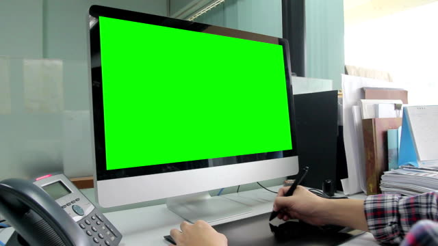 HD : Designer working with green screen video