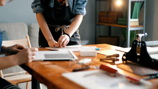 vídeos de stock, filmes e b-roll de designers na oficina de gravura - arte e artesanato assunto