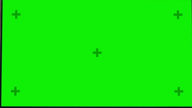 modern yaratıcı ofiste ahşap masa üzerinde mock-up yeşil ekran standing ile masaüstü bilgisayar. arka plan sıcak akşam aydınlatma ve şehir pencere görünümü ile açık alan stüdyosu. çekim uzaklaştırmak - masaüstü bilgisayar stok videoları ve detay görüntü çekimi