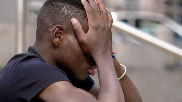 絕望, 沮喪。年輕非洲人絕望在街上 - 絕望 個影片檔及 b 捲影像